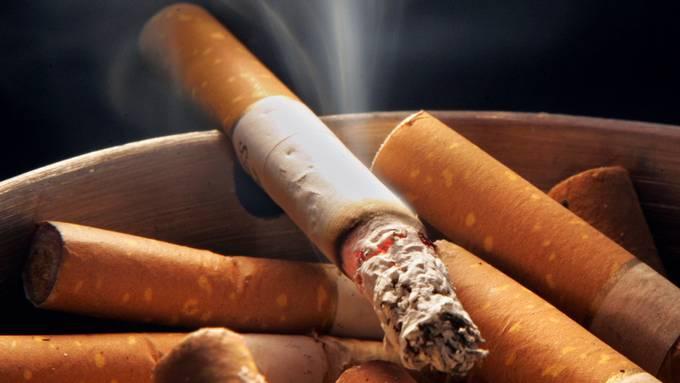 Japan gilt bislang als Raucher-Paradies. Eine japanische Universität will nun keine Dozenten mehr einstellen, die Raucher sind. Ab August will die Nagasaki-Universität zudem das Rauche auf dem gesamten Campus verbieten. (Symbolbild)