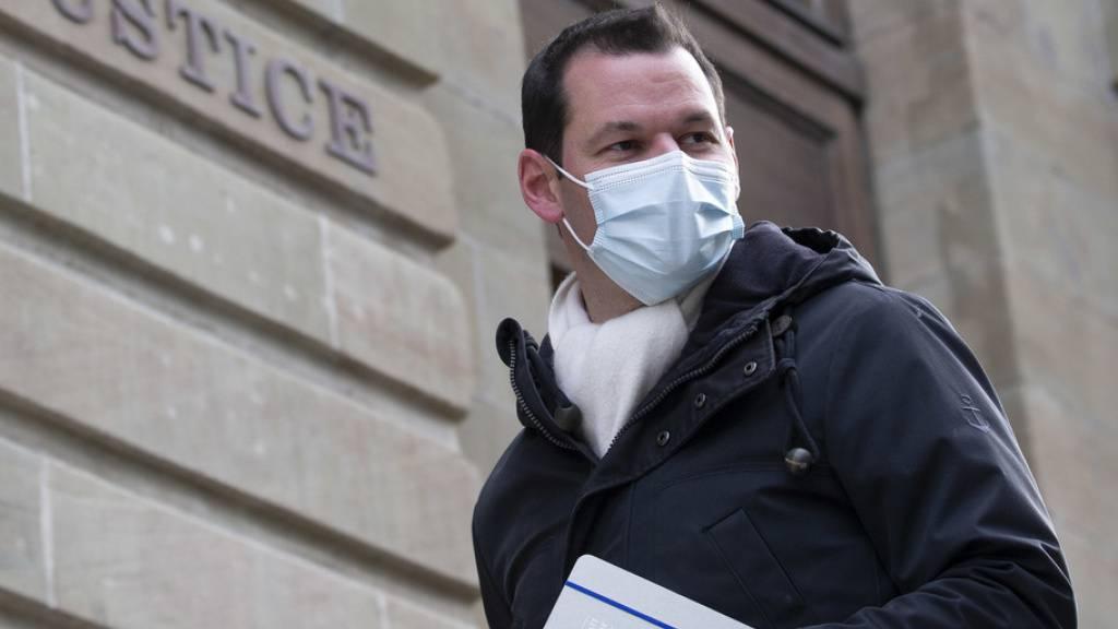 Pierre Maudet auf dem Weg in Polizeigericht. Der Genfer Ex-Staatsrat wurde wegen Vorteilsannahme schuldig gesprochen und zu einer bedingten Geldstrafe von 300 Tagessätzen zu 400 Franken verurteilt. Nicht nur der Politiker sondern auch die Staatsanwalt geht gegen das Urteil in Berufung. (Archivbild)