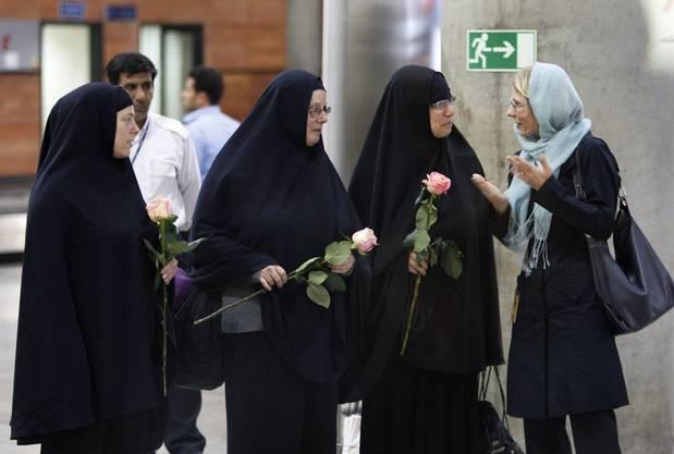 Botschafterin Livia Leu mit den drei befreiten Amerikanerinnen am Imam Khomeini Airport in Tehran im Jahr 2010.
