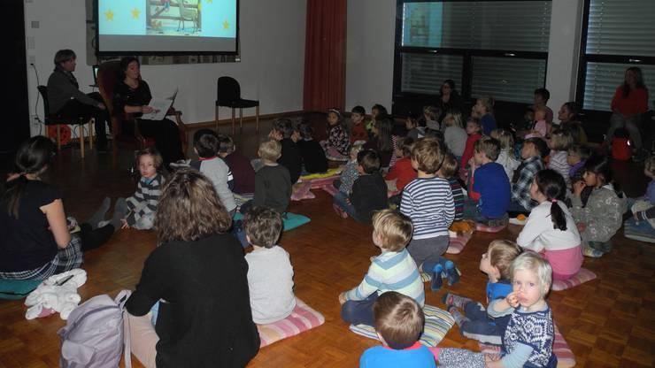 Gebannt hören rund 50 Kinder der Geschichte vom Eselchen und dem kleinen Engel zu.