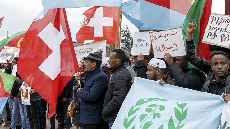Trotz unklarer Verhältnisse in ihrem Heimatland: Tausende Eritreer könnten den Status der vorläufigen Aufnahme in der Schweiz bald verlieren. Auf dem Bild eine Protestaktion von Eritreern vor der Uno in Genf. (Archiv)