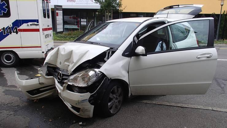 Der Mercedes prallt von hinten in den Toyota.