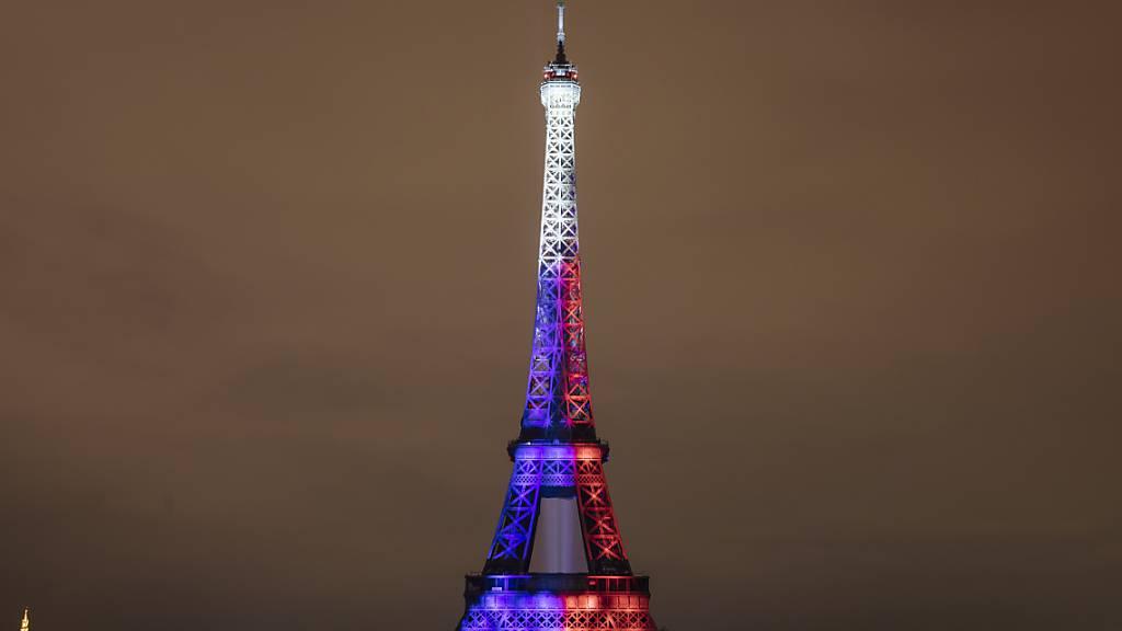 Anlässlich des französischen Nationalfeiertags ist der Eiffelturm in den Nationalfarben beleuchtet. Nach monatelanger Corona-Pause ist das Pariser Wahrzeichen wieder für Besucherinnen und Besucher geöffnet. Online waren die Tickets für den Tag der Wiedereröffnung am Freitag bereits im Vorhinein ausverkauft. Foto: Lewis Joly/AP/dpa
