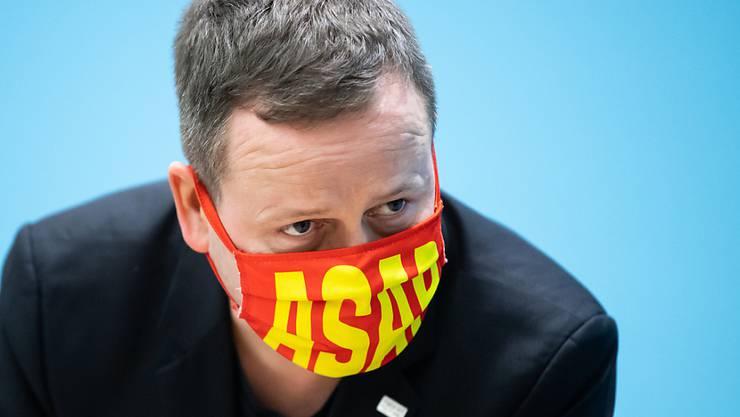 """Klaus Lederer (Die Linke), Berliner Kultursenator, steht bei der Pressekonferenz nach der Sitzung des Berliner Senats mit einer Maske mit der Aufschrift """"ASAP"""". Foto: Bernd von Jutrczenka/dpa"""