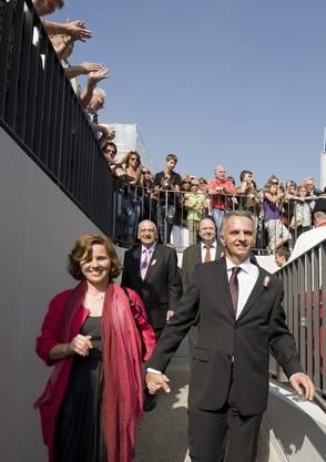 Beim Bahnhof Saint Blaise wird das Bundesratspaar begeistert empfangen.