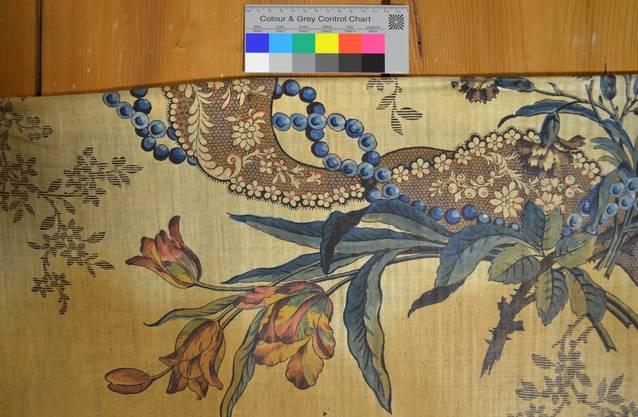 Während der Restaurierung aufgenommene Detailfoto der Indienne-Ausstattung im Sommerhaus Vigier in Solothurn. Diese bedruckten Baumwollstoffe waren im späten 18. Jahrhundert äusserst beliebt.