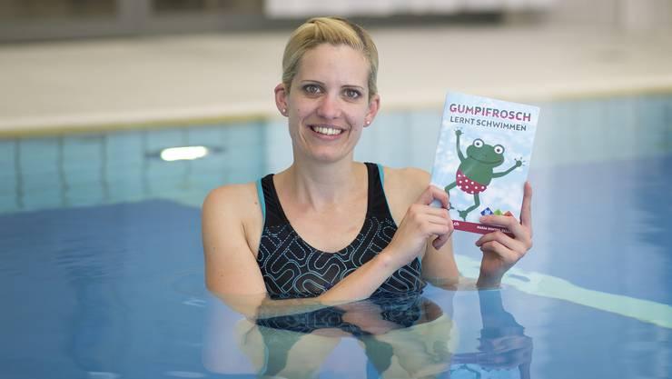 Nadja Winter ist Glücklich über ihr Lehrbuch «Gumpifrosch lernt schwimmen», das von Swimsports.ch unterstützt wird.