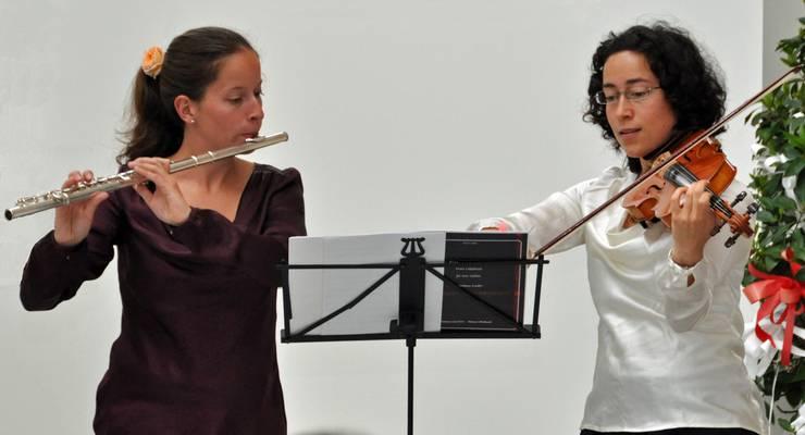 Musikalischer Vernissage-Rahmen durch das Duo Momozart mit Olivia und Miryam Ebneter (v.l.).