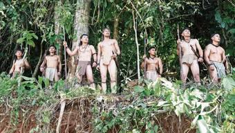 Sven Schelker (Mitte) ist ein grossartiger Bruno Manser im Film «Bruno Manser – Die Stimme des Regenwaldes».