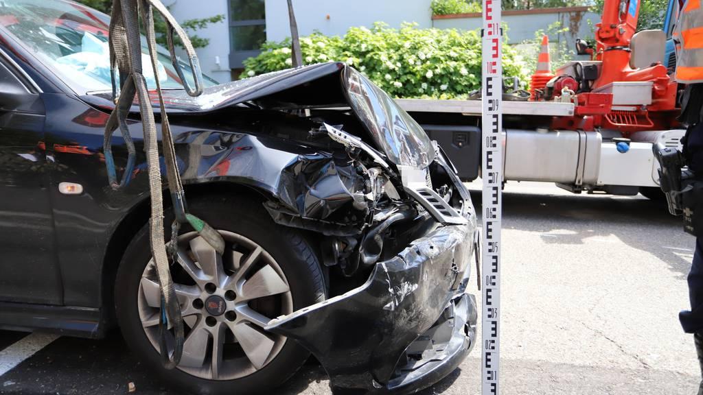 69-Jähriger erleidet Herzinfarkt und fährt in mehrere Autos