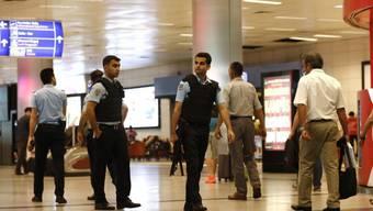 Nach dem Terroranschlag vom Dienstagabend ist der Flugverkehr am Atatürk-Flughafen in Istanbul wieder aufgenommen worden - unter strengen Sicherheitsvorkehrungen.