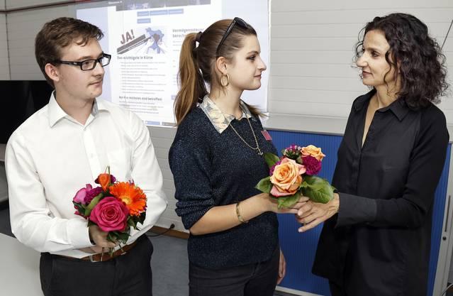 Blumen zum Trost gab es gestern von SP-Aargau-Präsidentin Gabriela Suter für die unterlegenen Initianten und Juso-Co-Präsidenten Mia Jenni und Sandro Covo.