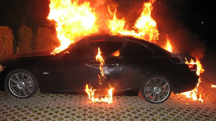 Am Samstag gegen 23 Uhr stand das Auto in Vollbrand. (Symbolbild)