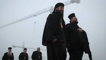 Priester am Sonntag in Bukarest auf dem Weg zur Kirchenweihe.