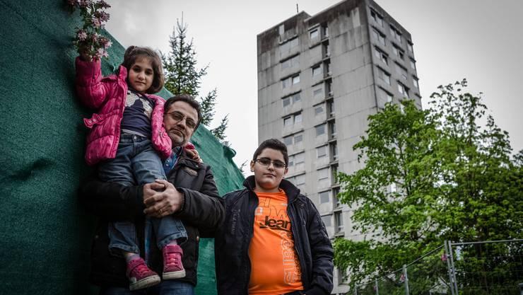 Asylbewerber in Suhr vor der Unterkunft mit 115 Plätzen.