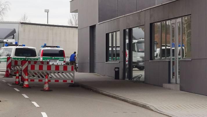 Heute können Handelswaren am Grenzübergang in Laufenburg unter der Woche verzollt werden. Doch die Zollstelle könnte dem Sparhammer zum Opfer fallen.