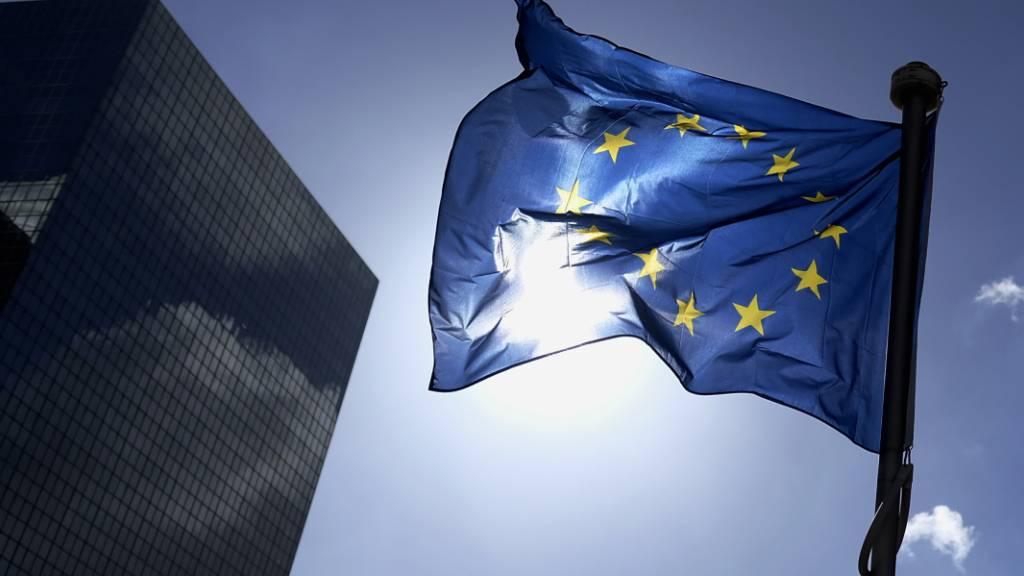 Eine Europaflagge weht in der Brüsseler Innenstadt im Gegenlicht der Sonne. Foto: Eric Lalmand/BELGA/dpa