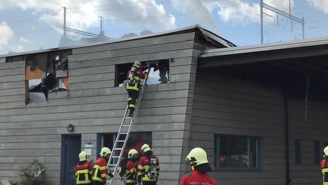 Die Löscharbeiten auf dem Lenzburger Werkhof-Areal am Mittwochvormittag.