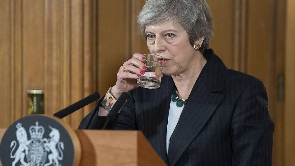 Die britische Premierministerin kämpft mit Widerstand der nordirischen DUP-Partei, von deren Unterstützung Mays Minderheitsregierung abhängt.