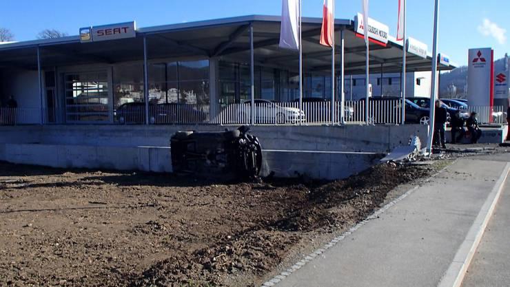 22-jähriger Schweizer verliert die Kontrolle über seinen 500 PS starken Mustang, räumt einen Stromverteiler ab und prallt danach in eine Mauer