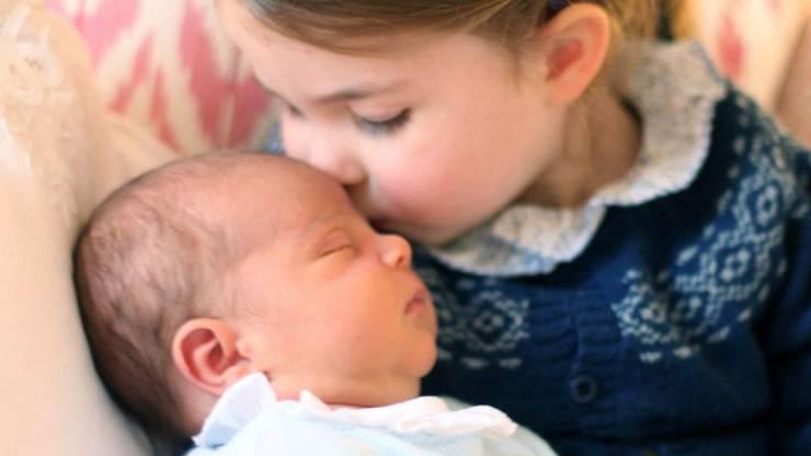 Prinz Louis mit seiner Schwester Charlotte an deren dritten Geburtstag. (Archivbild)