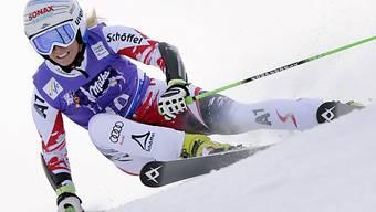 Eva-Maria Brem distanziert Konkurrenz im ersten Lauf