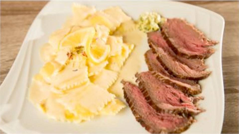 Hausgemachte Limonen-Ricotta-Ravioli an Rahmsauce und Rindsbraten