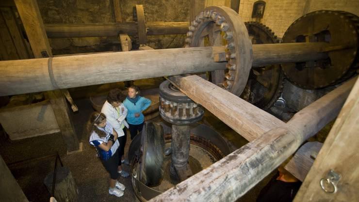 Die Nüsse werden, von Wasserkraft angetrieben, gemahlen