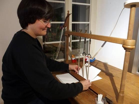 Buchbinderin Susy Scherer an ihrem Heftladen.