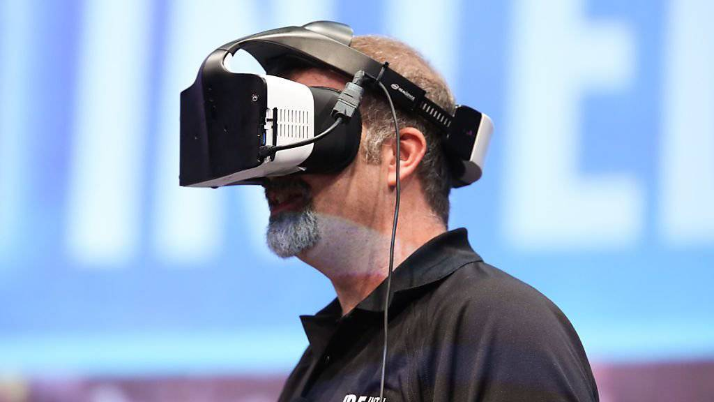 """Zum Auftakt des Intel Developer Forum in San Francisco wurde am Dienstag die Virtual-Reality-Brille """"Project Alloy"""" vorgestellt."""
