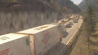 Vor dem Gotthard-Tunnel ist Geduld gefragt.