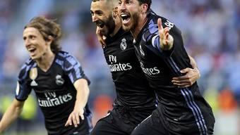 Torschütze Karim Benzema und Captain Sergio Ramos jubeln nach dem 2:0 gegen Malaga