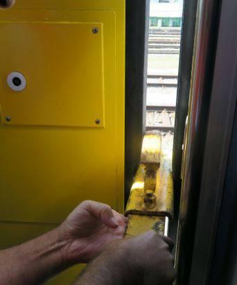 Überprüfung des Einklemmschutzes: Bei zwei vertieften Untersuchungen im SBB-Reparaturzentrum in Altstetten wurde festgestellt, dass am Druckwellenschalter eine Anschlussfahne des elektrischen Kontaktes komplett lose war