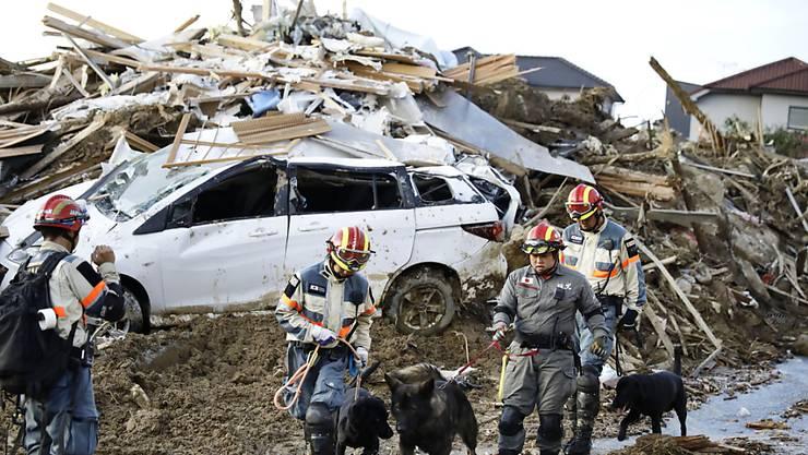 Rettungskräfte im Südwesten Japans bergen nach heftigen Regenfällen und Schlammlawinen immer mehr Leichen.
