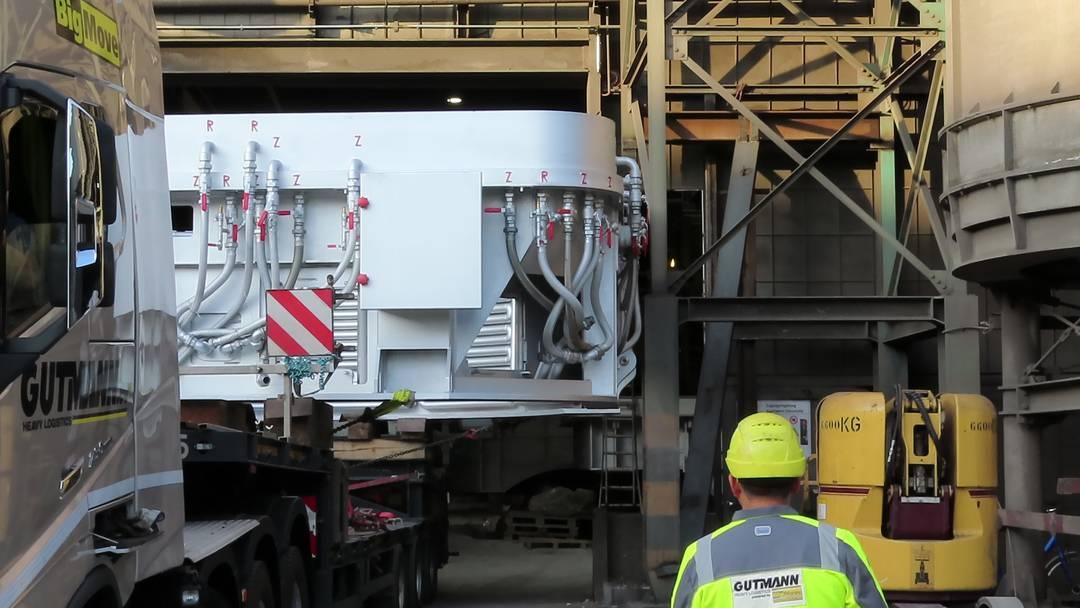 Millimeterarbeit: Der Stahl-Schwertransport kommt in Gerlafingen an