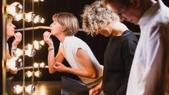 Hier heisst es Hemmungen ablegen: Gleich müssen Besucher der Berner Ausstellung auf einer Bühne eine kleine Show bieten.