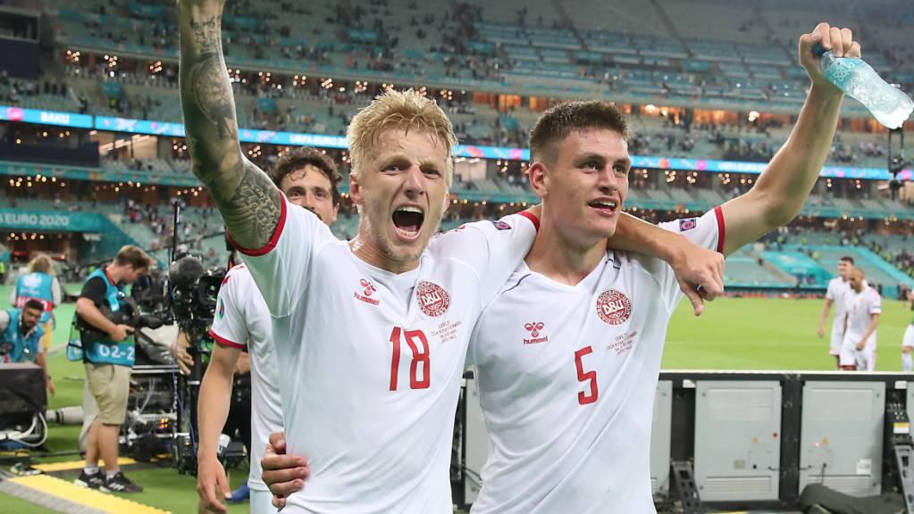 Oder jubeln am Ende auch im Halbfinal die Dänen, wie hier Joakim Maehle und Daniel Wass nach dem Sieg im Viertelfinal gegen Tschechien.