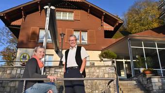 Pächterpaar Restaurant Froburg ob Olten geht demnächst in den Ruhestand - Brigitta & Armindo Martins Correia da Luz - Sartori im und vor dem Restaurant im Besitz der Bürgergemeinde Olten, dem sie seit 1991 als Pächter vorstanden.