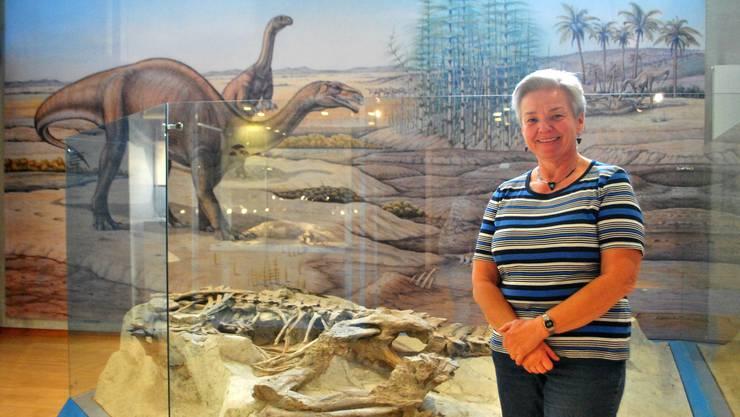 Monica Rümbeli, die langjährige Leiterin des Fricker Sauriermuseums, vor dem Skelett eines Plateosauriers.