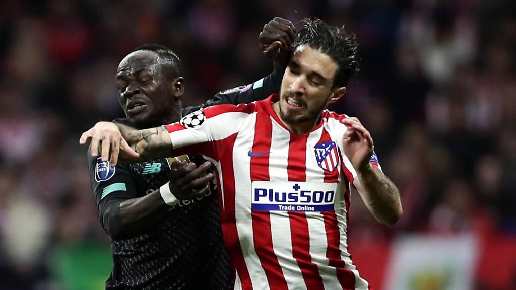 Einer der positiv auf Covid-19 getesteten Spieler von Atlético Madrid: Verteidiger Sime Vrsaljko (re.) im gewonnenen Achtelfinal gegen Liverpools Sadio Mané