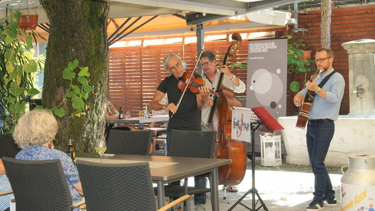 """Felix Hamburger (Geige), Bob Gelzer (Bass) und Reto Kunz (Gitarre) kommen aus Lenzburg und sind als Trio """"Saitefieber"""" schon mehrmals bei den Musikalischen Begegnungen aufgetreten. Sie spielten Zigan-Jazz, Klezmer und Tango. """"Seit 1983 treten wir auf und kommen immer noch vor jedem Auftritt ins Fieber"""", erklärte Felix Hamburger."""