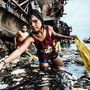 """Das Bild des deutschen Fotografen Hartmut Schwarzbach erzählt laut Unicef """"vom mutigen Überlebenskampf von Kindern angesichts gleich dreier Tragödien unserer Zeit: Armut, Umweltverschmutzung und Kinderarbeit""""."""
