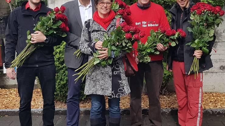 Marc Rubattel, Stephan Hug, Franziska Rohner , Beat Affolter und Simon Bürki (von links nach rechts) verteilen 100 Rosen.  Bild: Philipp Affolter