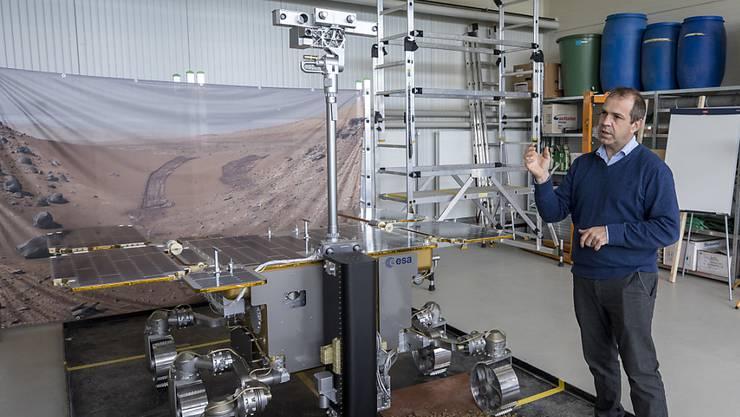 Der Geograf Nikolaus Kuhn von der Universität Basel ist Teil des Wissenschaftsteams, das das Rover-Kamerasystem «Clupi» betreut. Kuhn präsentierte im März 2018 ein Rover-Modell mit dem Kamerasystem im Rahmen von Tests am Technologie-Zentrum in Witterswil. (Archivbild)