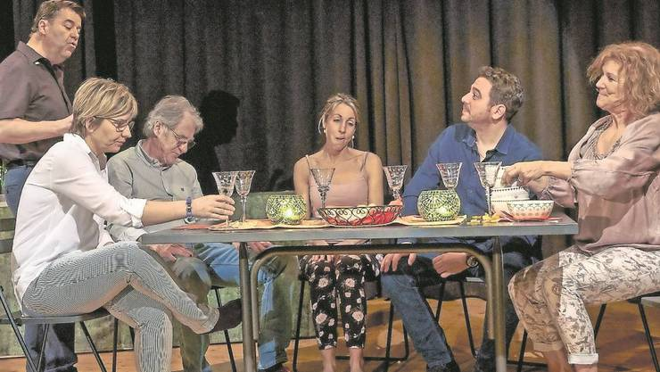 «Geischterfahrt», das neue Stück des Utzenstorfer Dorftheaters überzeugt mit rasanten Dialogen aus dem «gehobenen» Spiessermilieu.