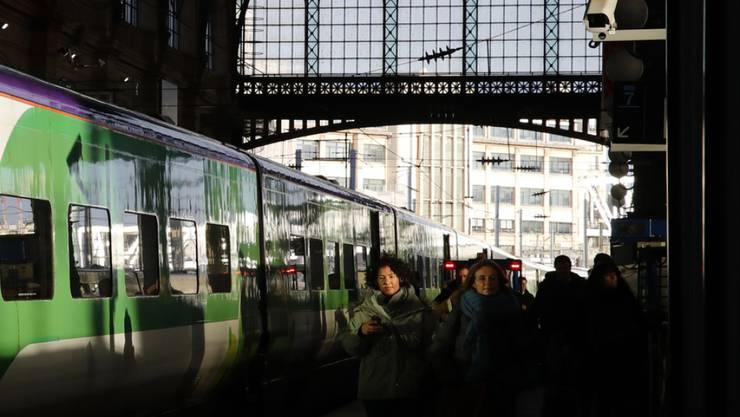 Reisende am Samstag am Pariser Gare du Nord - auch am Sonntag gab es wegen Streiks massive Behinderungen im Fern- und Nahverkehr.