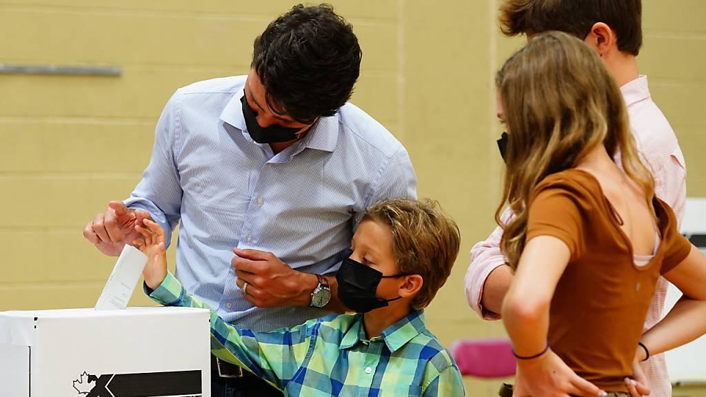 Spitzenkandidaten geben bei Neuwahl in Kanada Stimmen ab