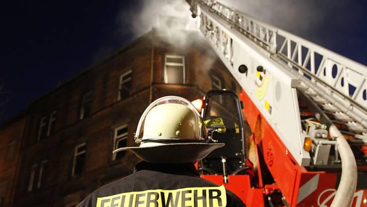 Feuerwehr und Polizei in Ingolstadt standen wegen des Feuers am frühen Samstagmorgen im Grosseinsatz. (Symbolbild)