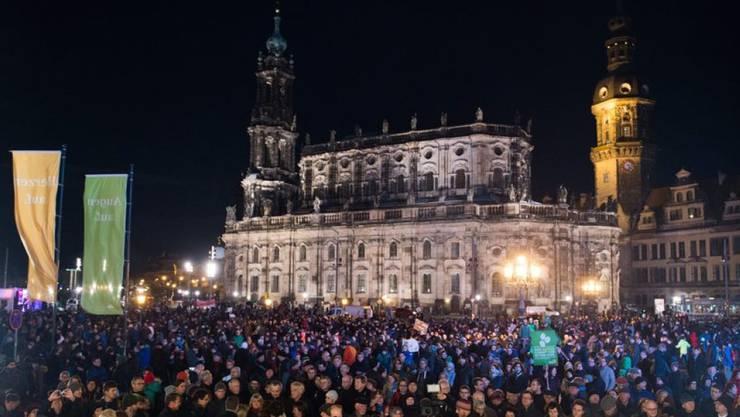 """Mehrere tausend Menschen nahmen am Montagabend an einer Kundgebung des Anti-Pegida-Bündnisses """"Herz statt Hetze"""" auf dem Theaterplatz vor der Semperoper in Dresden teil."""