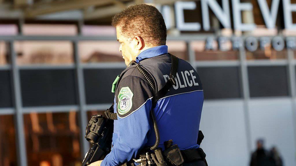 Ein Polizist patrouilliert am Flughafen Genf. (Archiv)